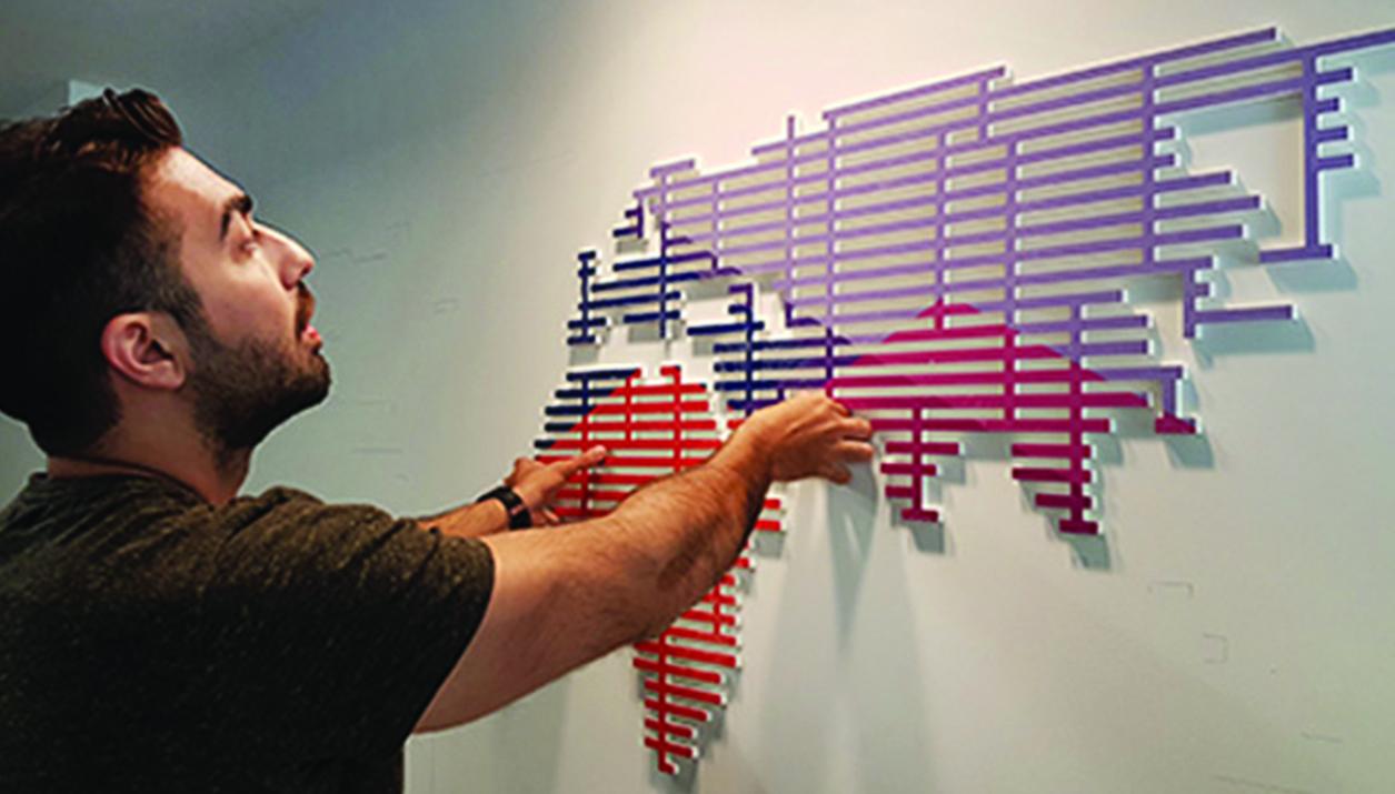 מפת עולם מרצדת המורכבת מהצבעוניות העזה שבחרנו לפרוייקט והחוזרת על עצמה ברחבי חלל המשרדים