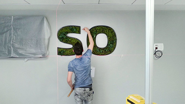 התקנת טיפוגרפיה מצמחיה מלאכותית המשולבת עם מדבקות ויניל מודפסות וחתוכות, את האותיות יצרנו בסטודיו (: