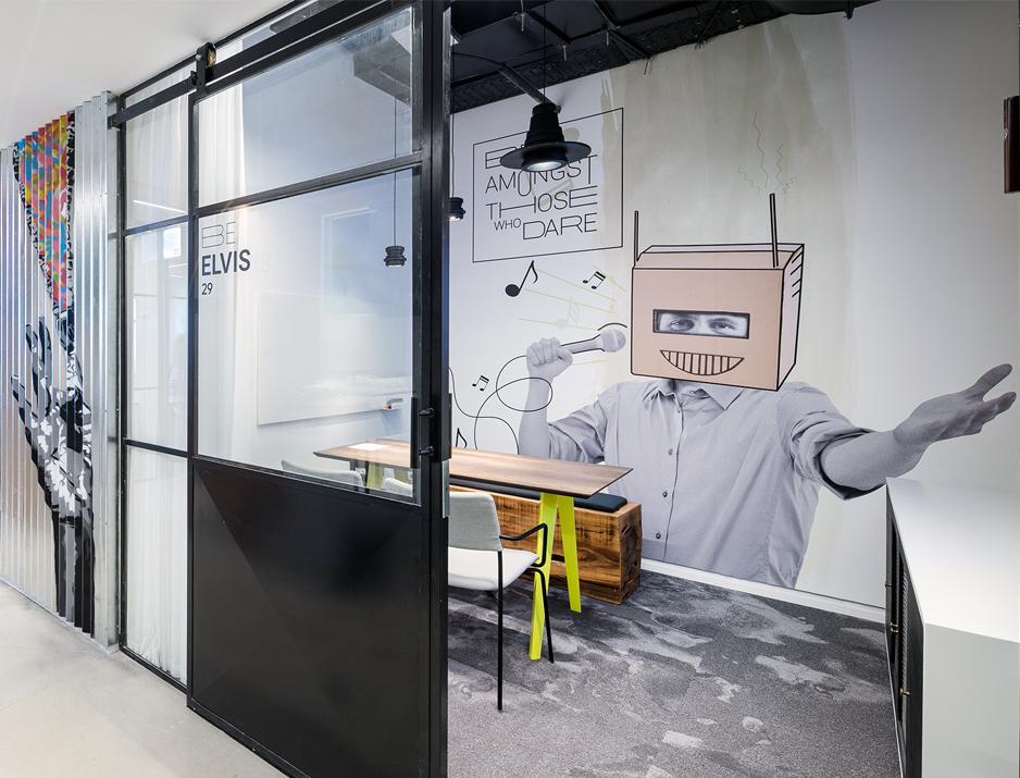 עיצוב משרדים | מיתוג גרפי | סטודיו לוקה| עיצוב תעשיתי | עיצוב מוצר | עיצוב גרפי במרחב | מיתוג משרדים | עיצוב חללי עבודה | עיצוב קירות | עיצוב משרדים | מיתוג גרפי