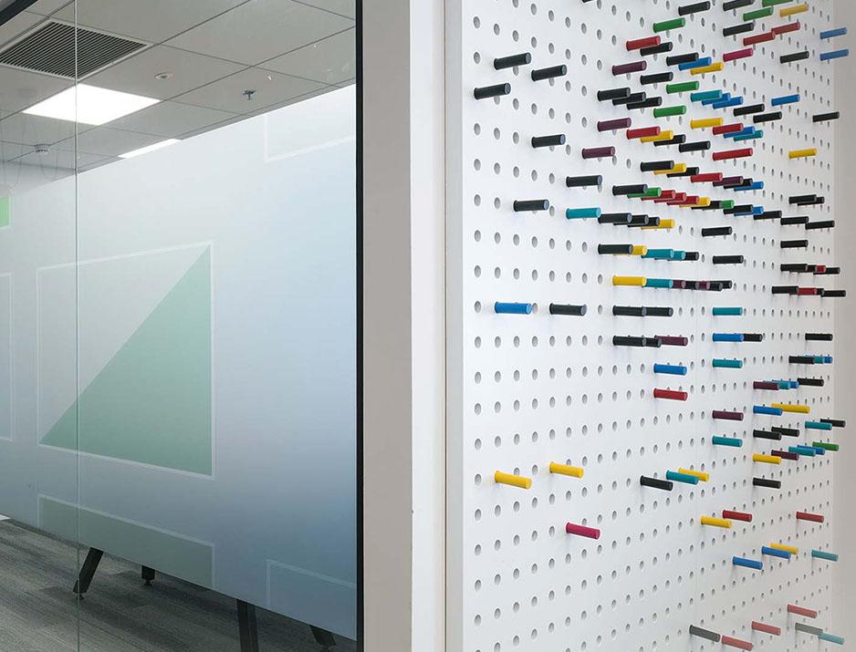 עיצוב משרדים | מיתוג גרפי | חברתEY| עיצוב תעשיתי | עיצוב מוצר | עיצוב גרפי במרחב | מיתוג משרדים | עיצוב חללי עבודה | עיצוב קירות | עיצוב משרדים | מיתוג גרפי