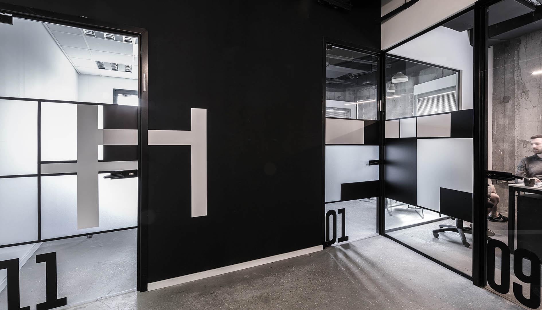 עיצוב משרדים | מיתוג גרפי | סטודיו לוקה| חברת Human X | עיצוב תעשיתי | עיצוב מוצר | עיצוב גרפי במרחב | מיתוג משרדים | עיצוב חללי עבודה | עיצוב קירות | עיצוב משרדים | מיתוג גרפי