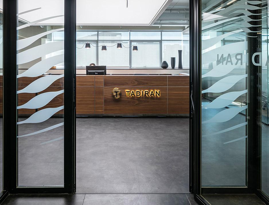 עיצוב משרדים | מיתוג גרפי | חברת תדיראן | שילוט | עיצוב גרפי במרחב | מיתוג משרדים | עיצוב חללי עבודה | עיצוב קירות