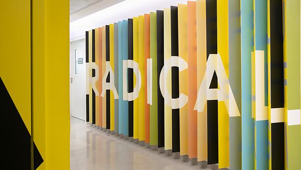 עיצוב משרדים | מיתוג גרפי | חברת אי ואיי | עיצוב גרפי במרחב | מיתוג משרדים | עיצוב חללי עבודה | עיצוב קירות