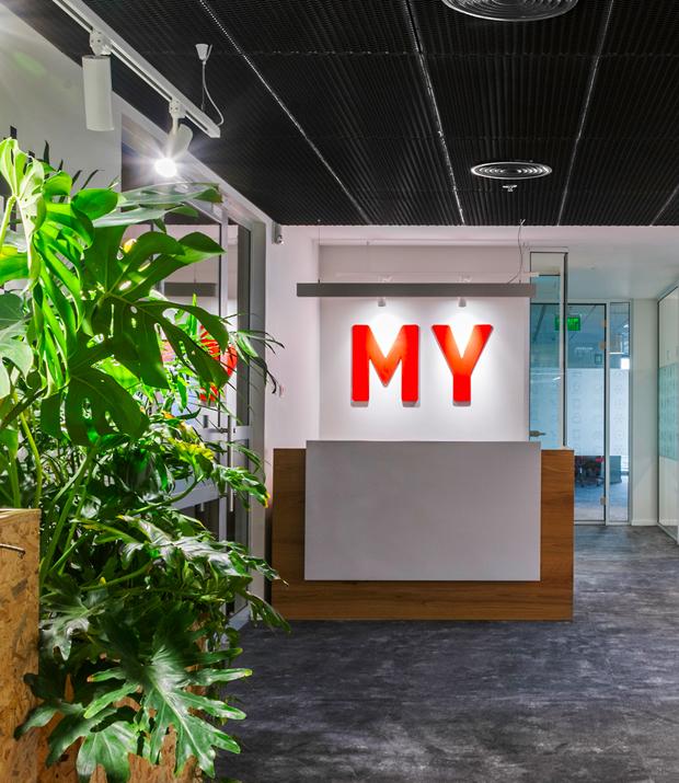 עיצוב משרדים | מיתוג גרפי | חברת מימון ישיר | שילוט | עיצוב גרפי במרחב | מיתוג משרדים | עיצוב חללי עבודה | עיצוב קירות