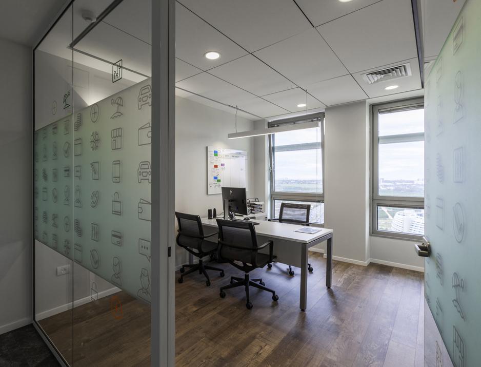 עיצוב משרדים | מיתוג גרפי | חברת מימון ישיר | עיצוב גרפי במרחב | מיתוג משרדים | עיצוב חללי עבודה | עיצוב קירות