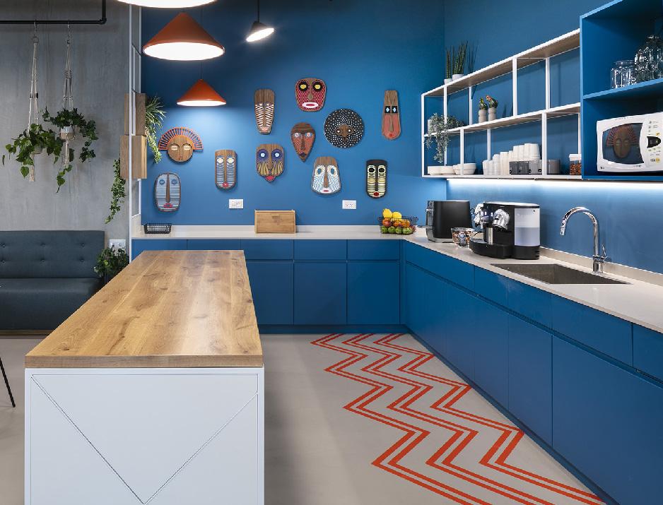 עיצוב משרדים | מיתוג גרפי | חברת קווסט | קפיטריה | עיצוב גרפי במרחב | מיתוג משרדים | עיצוב חללי עבודה | עיצוב קירות
