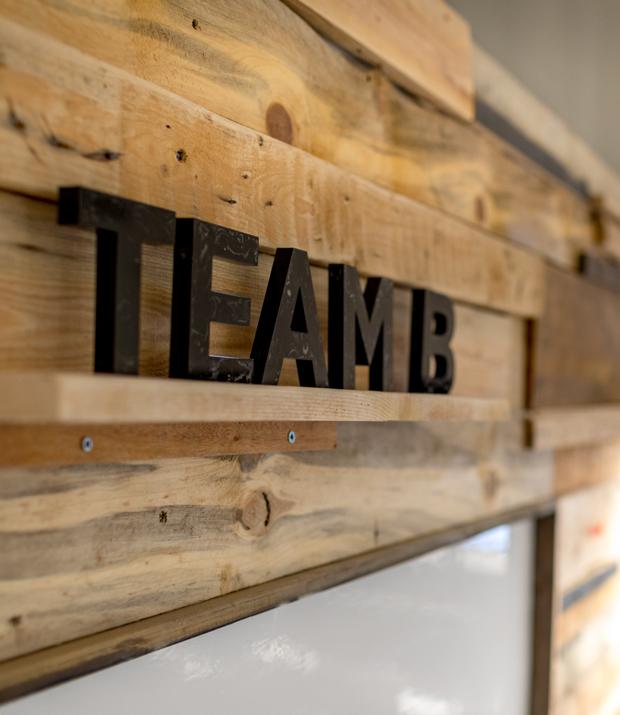 עיצוב משרדים | מיתוג גרפי | חברת יד 2 | שילוט | עיצוב גרפי במרחב | מיתוג משרדים | עיצוב חללי עבודה | עיצוב קירות