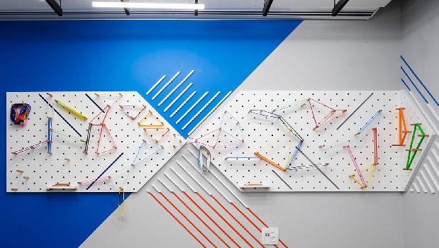 עיצוב משרדים | מיתוג גרפי | חברת קווסט | עיצוב תעשיתי | עיצוב גרפי במרחב | מיתוג משרדים | עיצוב חללי עבודה | עיצוב קירות