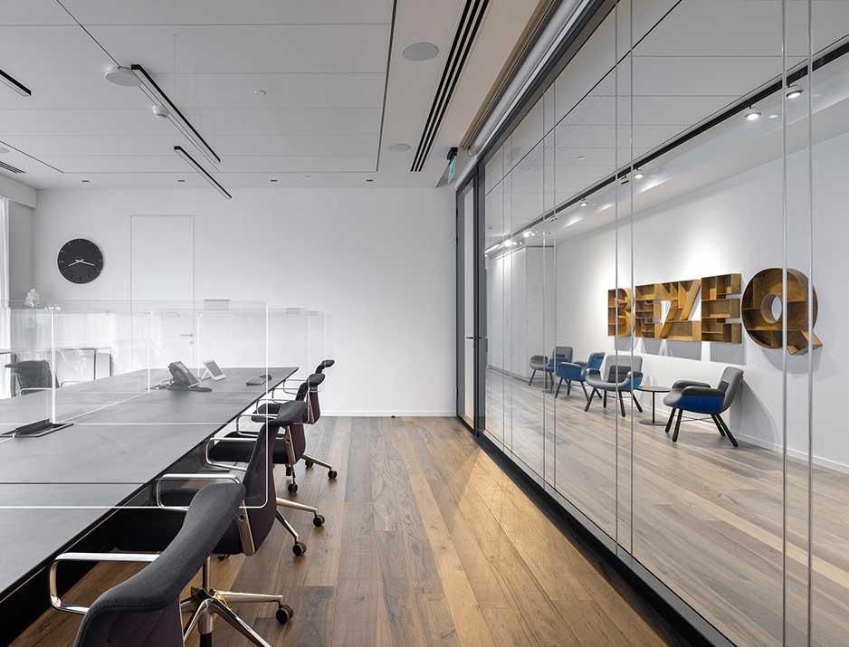 בזק, עיצוב משרדים, מיתוג גרפי, סטודיו לוקה, עיצוב תעשייתי, עיצוב מוצר, עיצוב גרפי במרחב, מיתוג משרדים, עיצוב חללי עבודה, עיצוב קירות